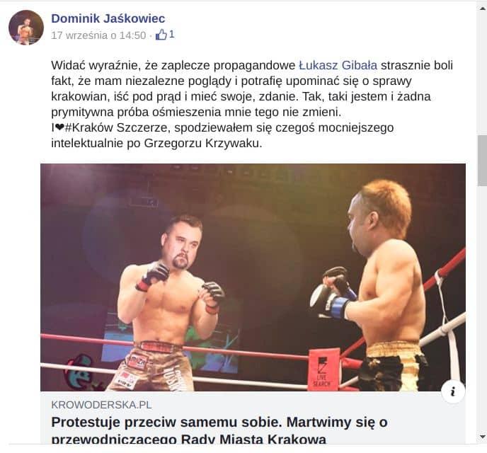 Dominik Jaśkowiec rozmawia z mieszkańcami