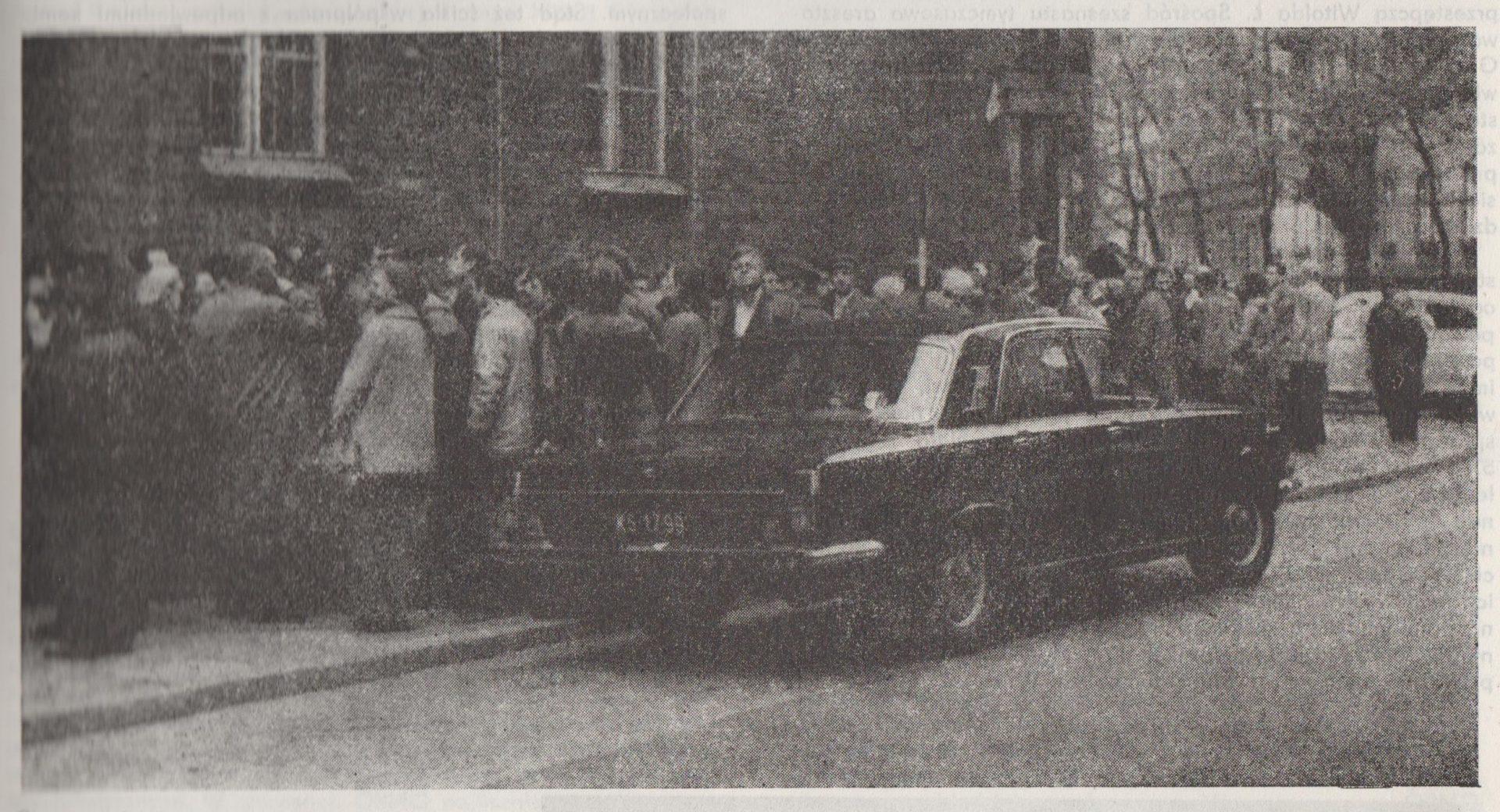 Kolejka po paszport. PRL. Źródło: Kronika Krakowa 1976 - 1977.
