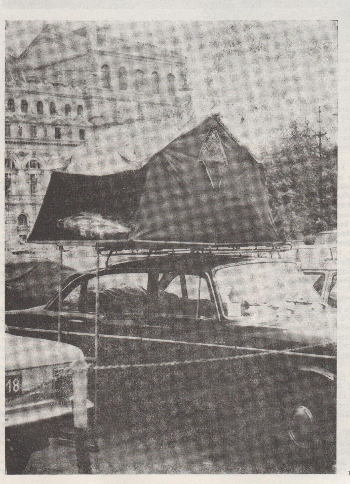 Zdjęcie podpisano: Tego turysty nie zaskoczy brak noclegów w Krakowie. Źródło: Kronika Krakowa 1976/1977.