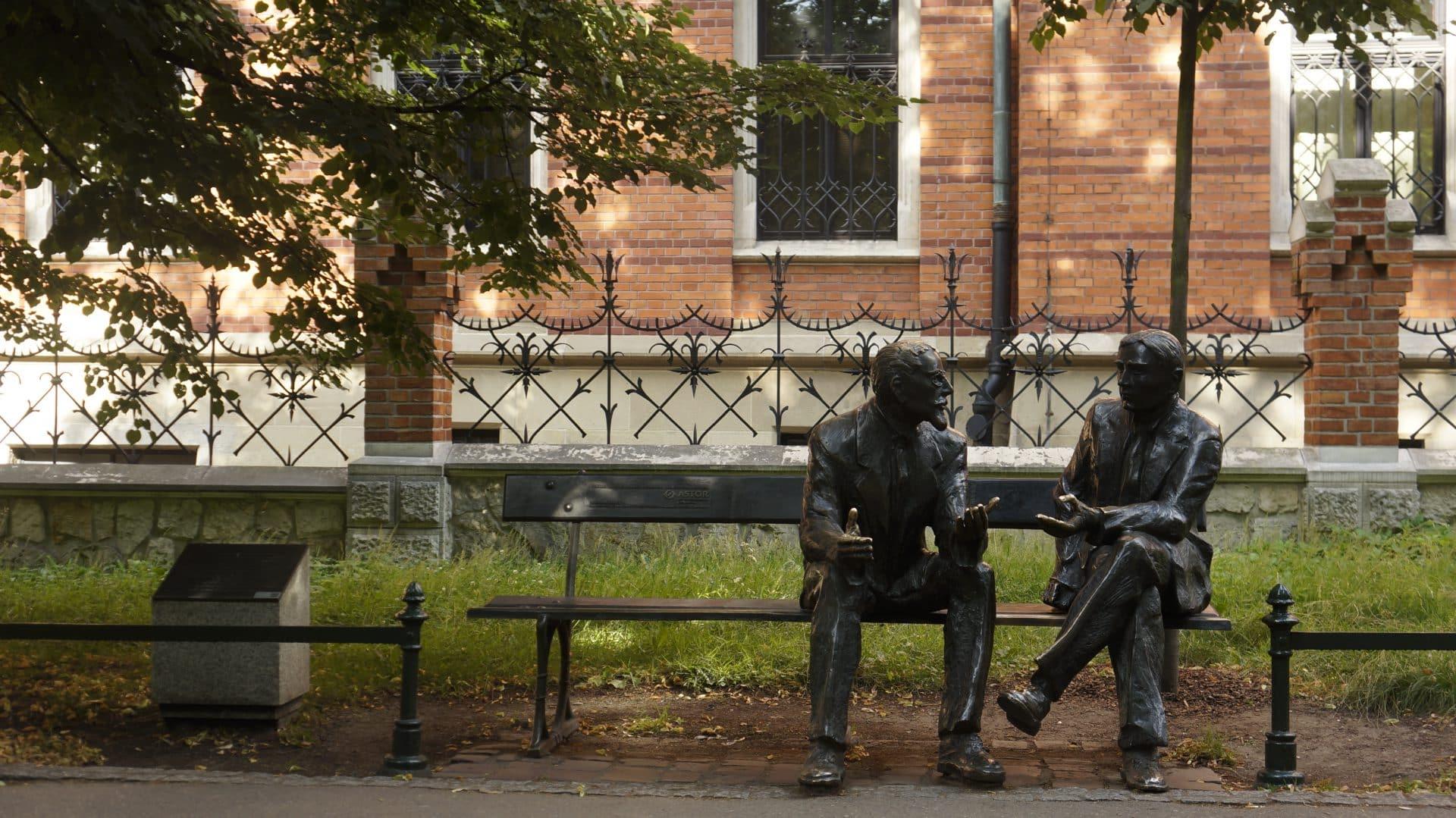 Stefan Banach i Otto Nikodym rozmawiają na Plantach, gdzie spotkał ich Hugo Steinhaus. Spotkanie dało początek lwowskiej szkole matematycznej.