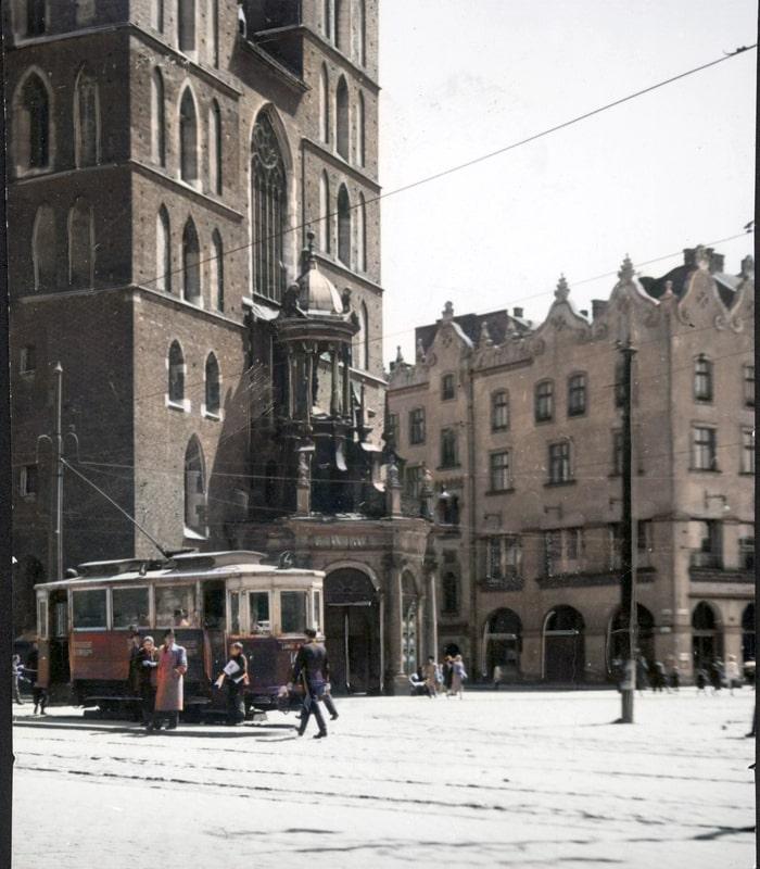 Przystanek tramwajowy na Rynku Głównym w Krakowie. Źródło: Narodowe Archiwum Cyfrowe.