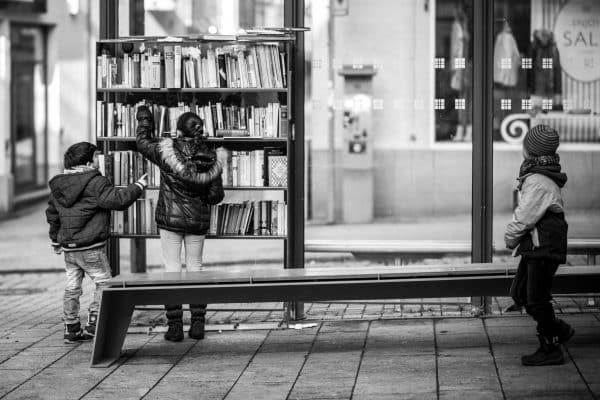 Uliczna Biblioteka na Przystanku Autobusowym Fot. Thomas Hassel / Flickr