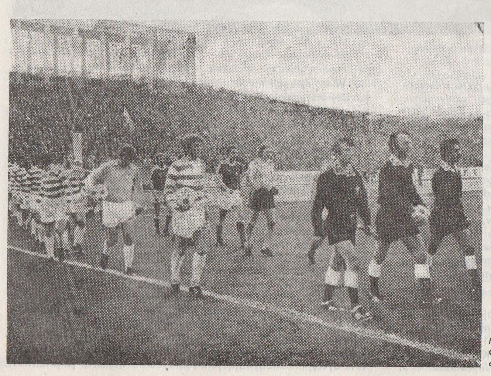Wisła Kraków wychodzi na mecz z Celticiem Glasgow. Źródło: Kronika Krakowa 1976/1977.