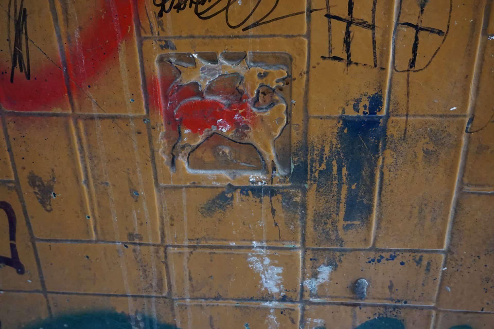 Secesyjne kafle na ścianie kamienicy przy Kilińskiego we Wrocławiu przed renowacją. Piotr Pelc