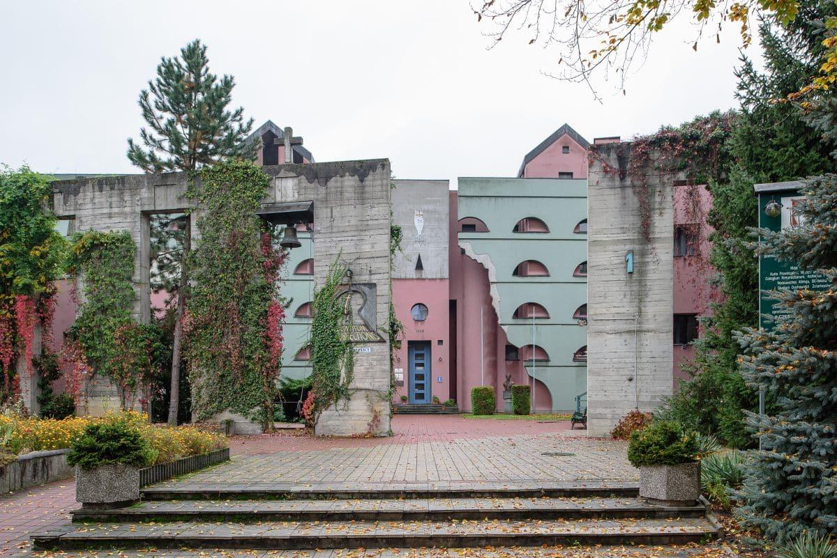 Największe dzieło polskiego postmodernizmu Wyższe Seminarium Duchowne Księży Zmartwychwstańców Centrum Resurrectionis w Krakowie