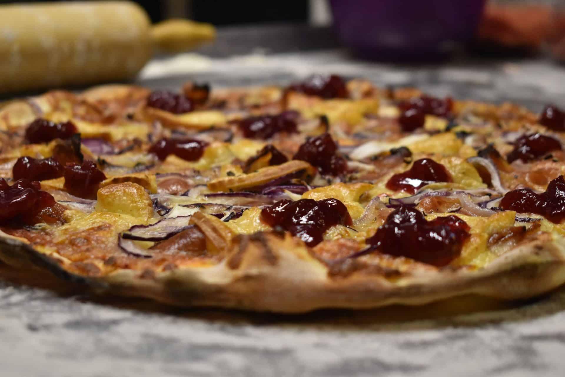 """Pizzeria Nowohucka: """"Nazwy pizz korespondują mniej lub bardziej z tym, z czego te pozycje są złożone""""."""