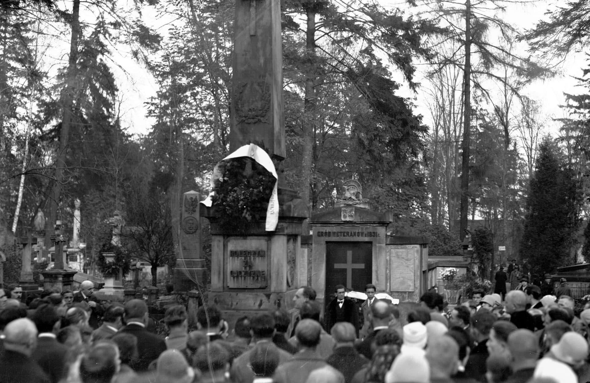 Złożenie kwiatów pod pomnikiem powstańców styczniowych i listopadowych na cmentarzy Rakowickim. 1928 rok. Źródło: NAC.