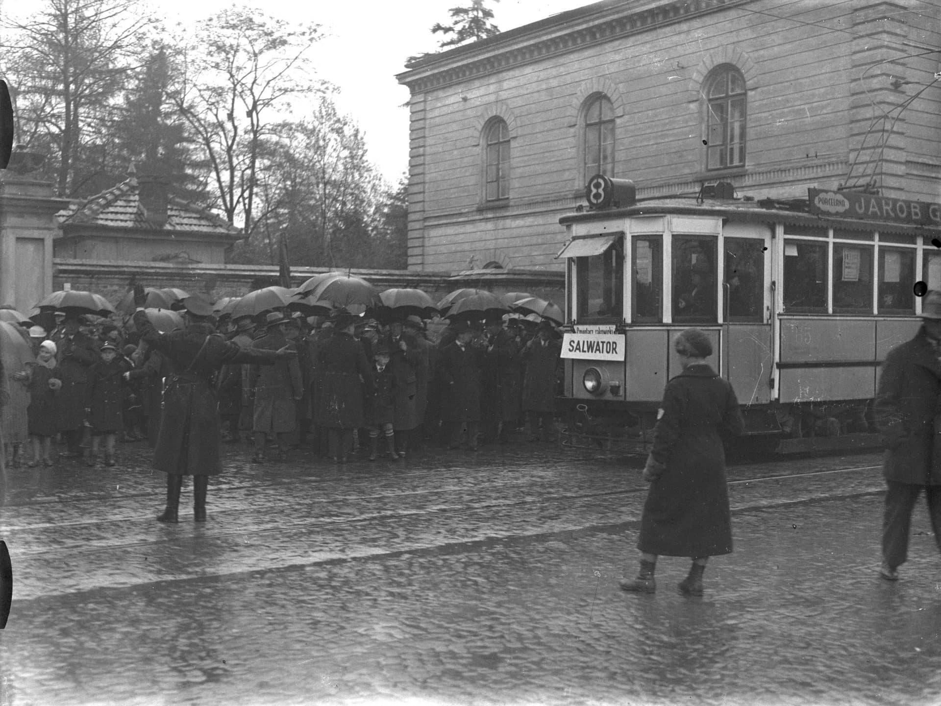 """Tramwaj linii """"8"""" obok Cmentarza Rakowickiego w Krakowie. 1934 r. Źródło: NAC."""