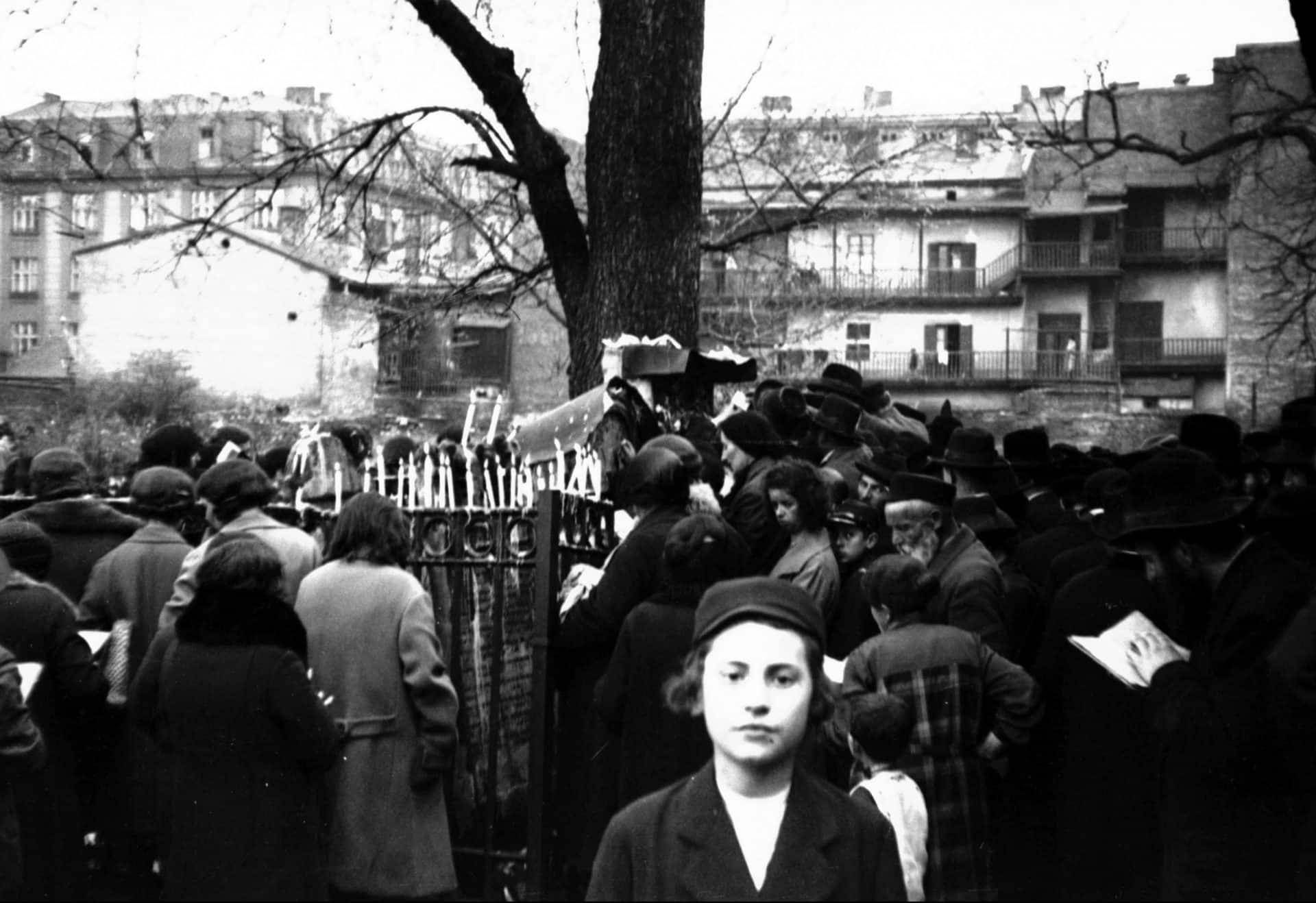 Społeczność żydowska międzywojennego Krakowa cmentarze odwiedzała w inne dni.  Na zdjęciu widać uroczystości, które odbyły się w czasie święta Remu w 1932 roku. Źródło: NAC.