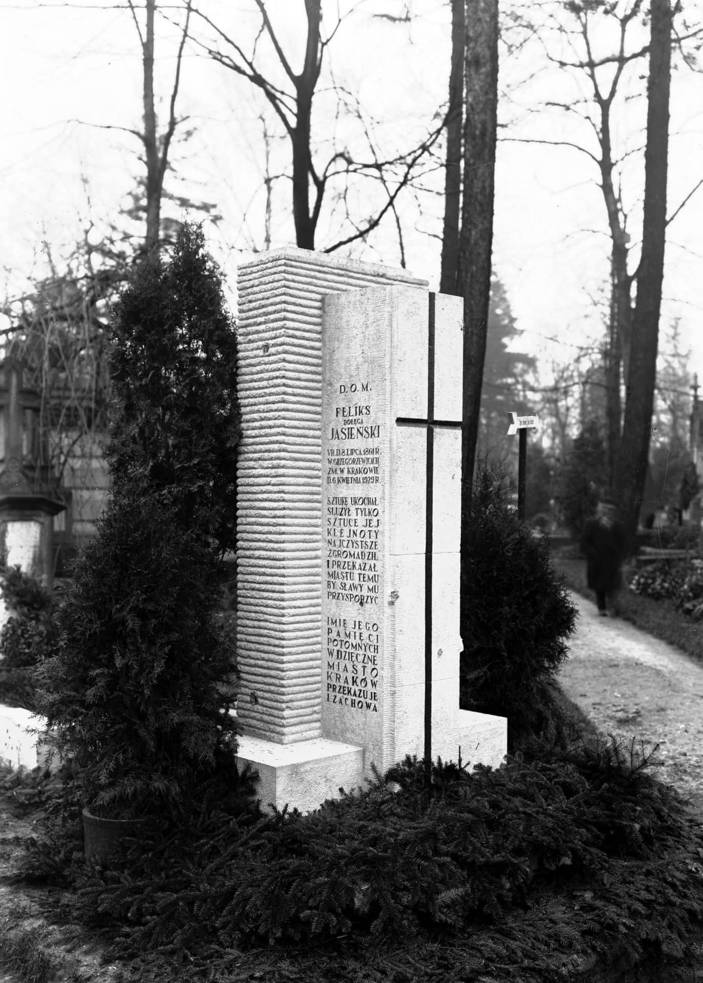 Grób krytyka i kolekcjonera sztuki Feliksa Jasieńskiego, który znajduje się na Cmentarzu Rakowickim w Krakowie. Feliks Jasieński zmarł w 1929 roku. Zdjęcie wykonano w 1930. Źródło: NAC.