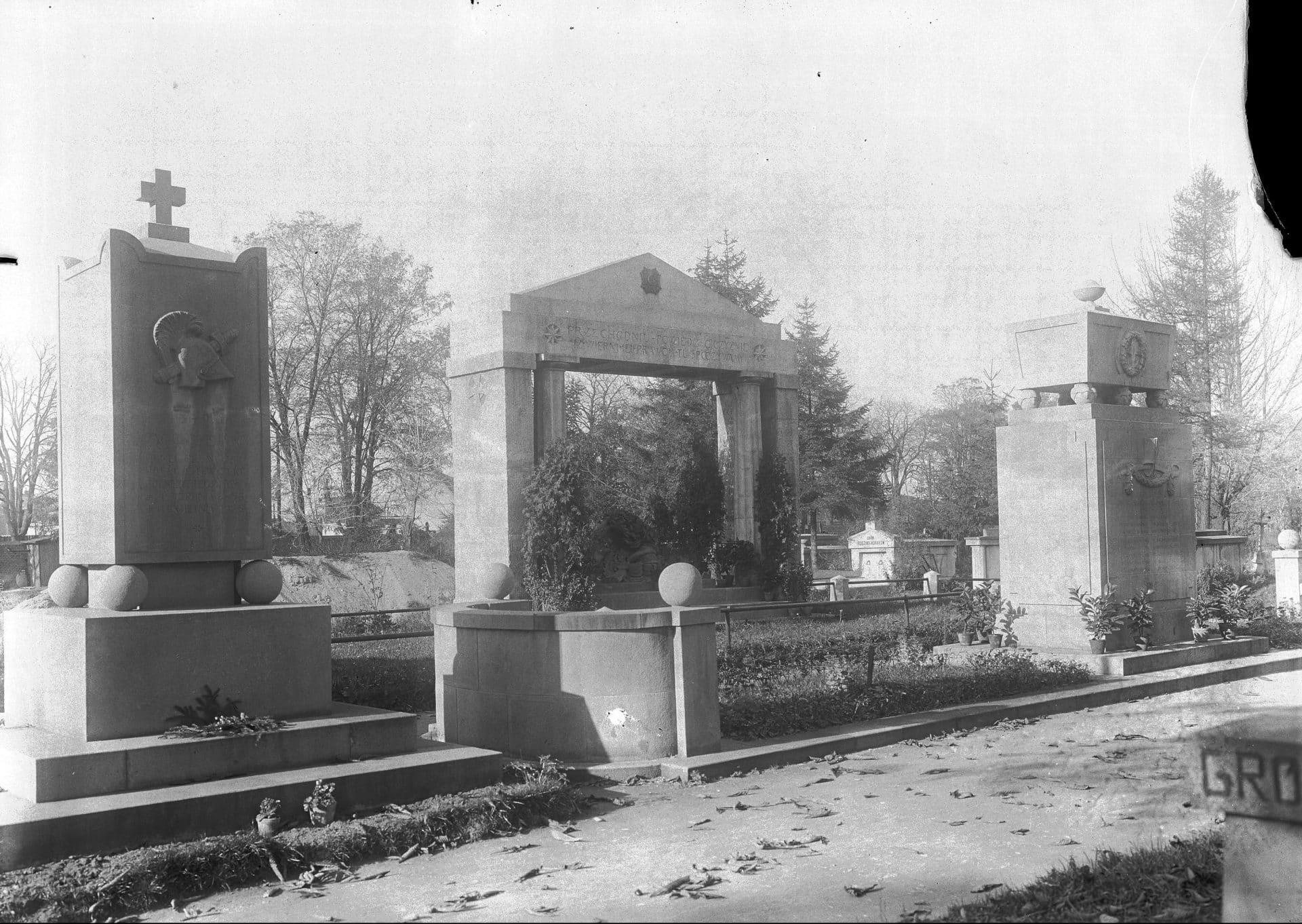 Grobowiec Zygmunta Zielińskiego (z lewej) i grobowiec Rokitniańczyków (z prawej). 1928 r. Źródło: NAC.