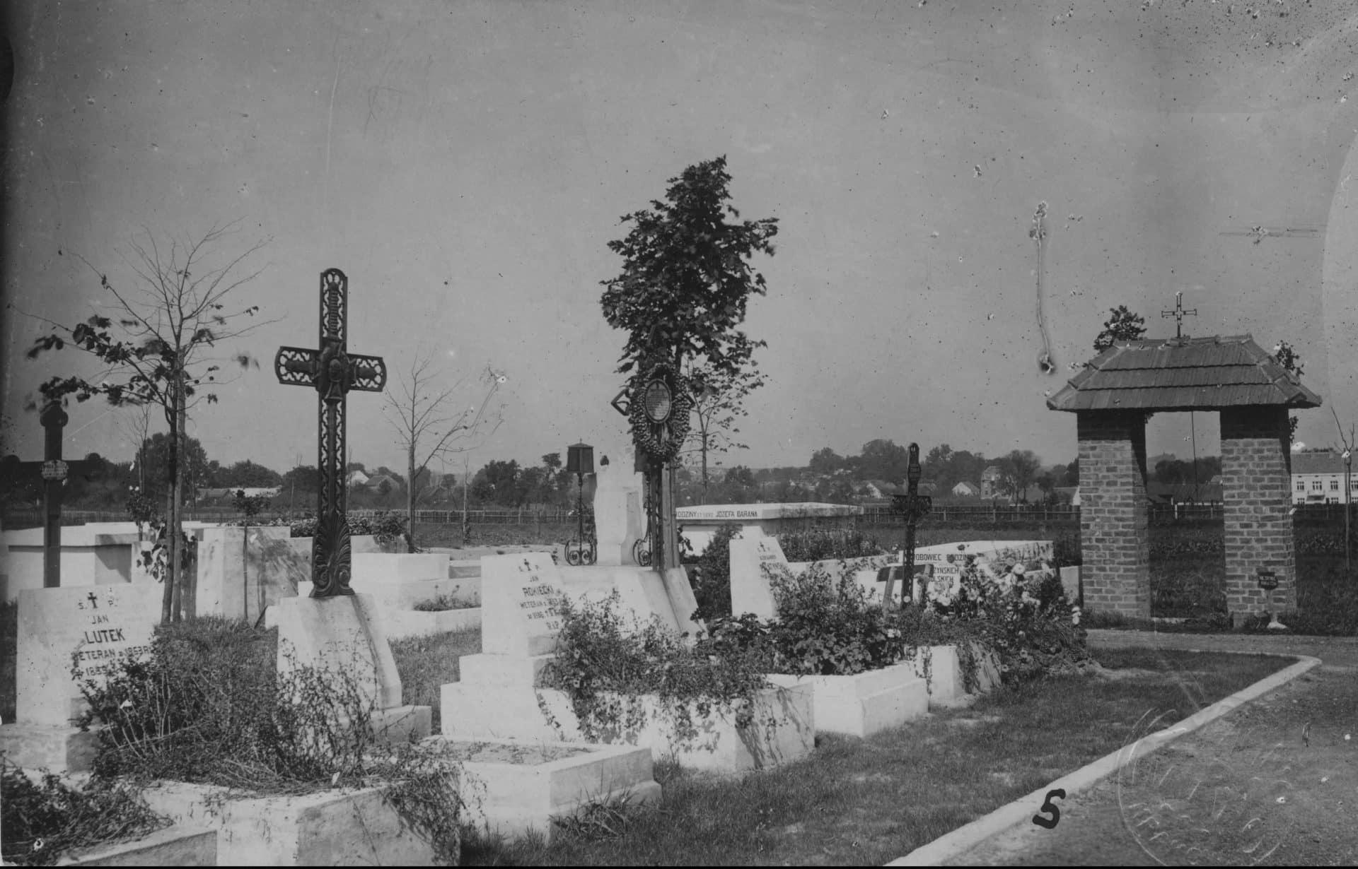Groby legionistów na cmentarzu Rakowickim w Krakowie. Dwudziestolecie międzywojenne. Źródło: NAC.