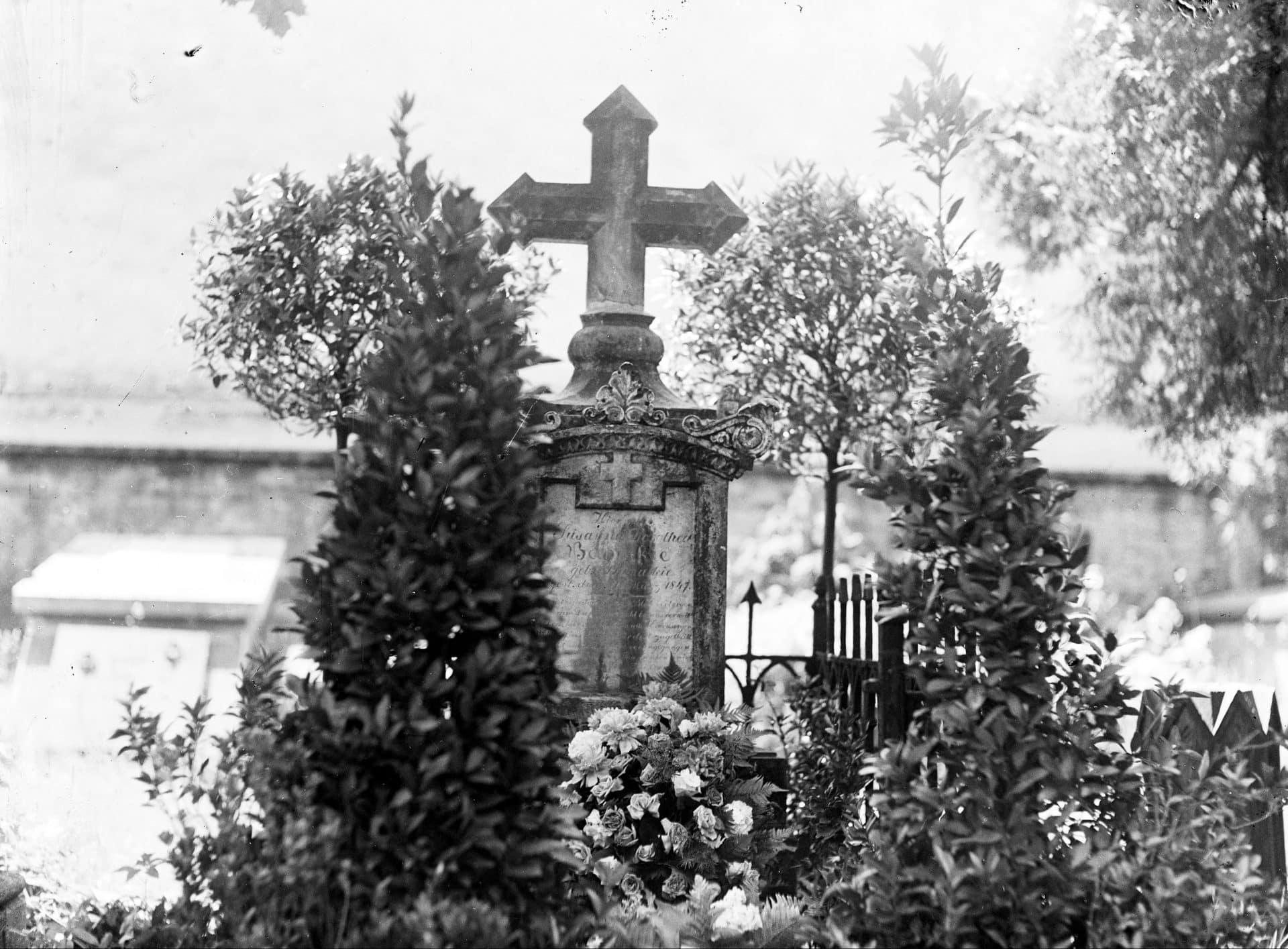 Grób filologa, językoznawcy i historyka Jerzego Samuela Bandtkego. Zdjęcie wykonano około 1935 roku. Źródło: NAC.