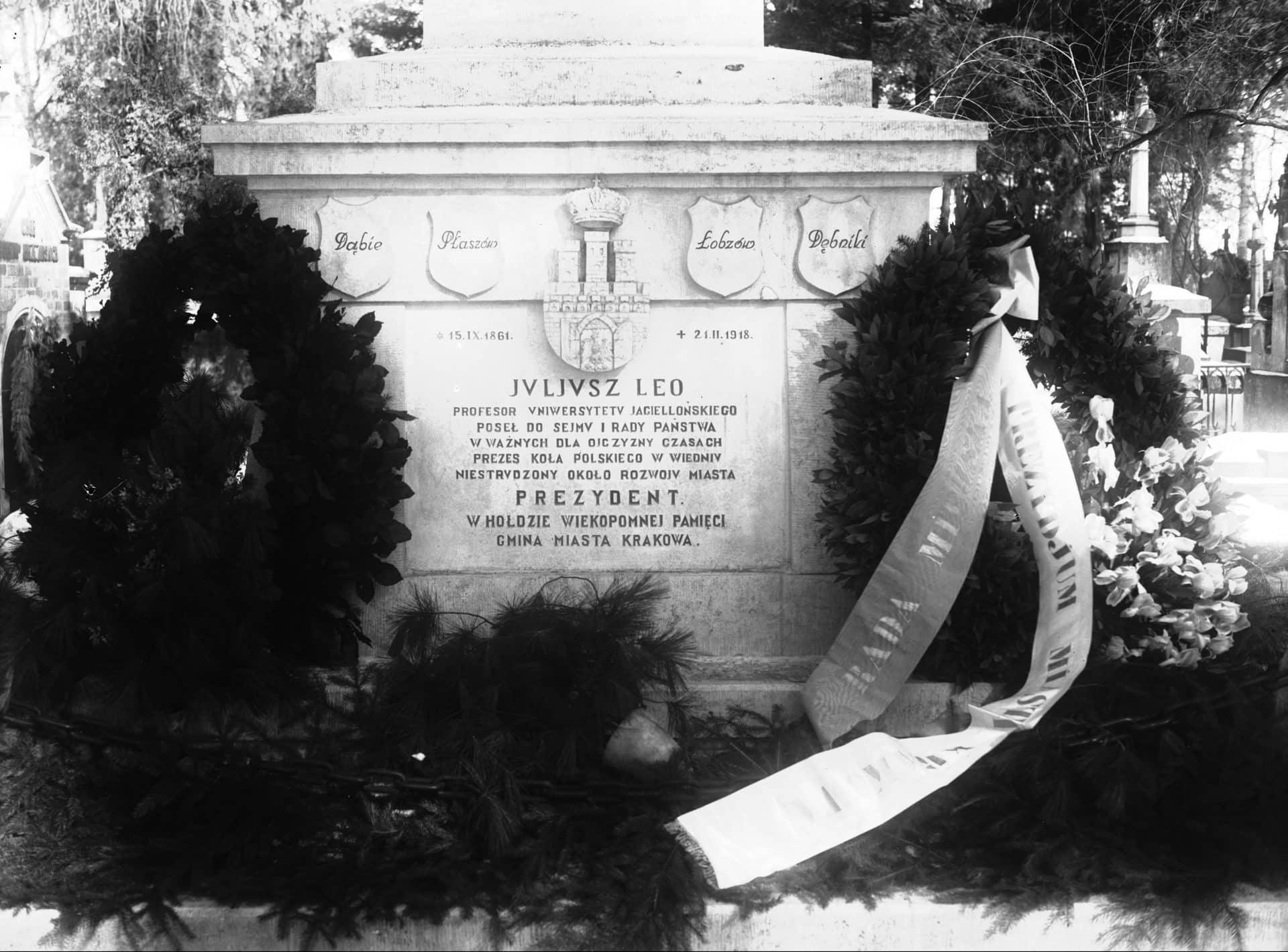 Grobowiec Juliusza Leo na cmentarzu Rakowickim. Źródło: NAC.