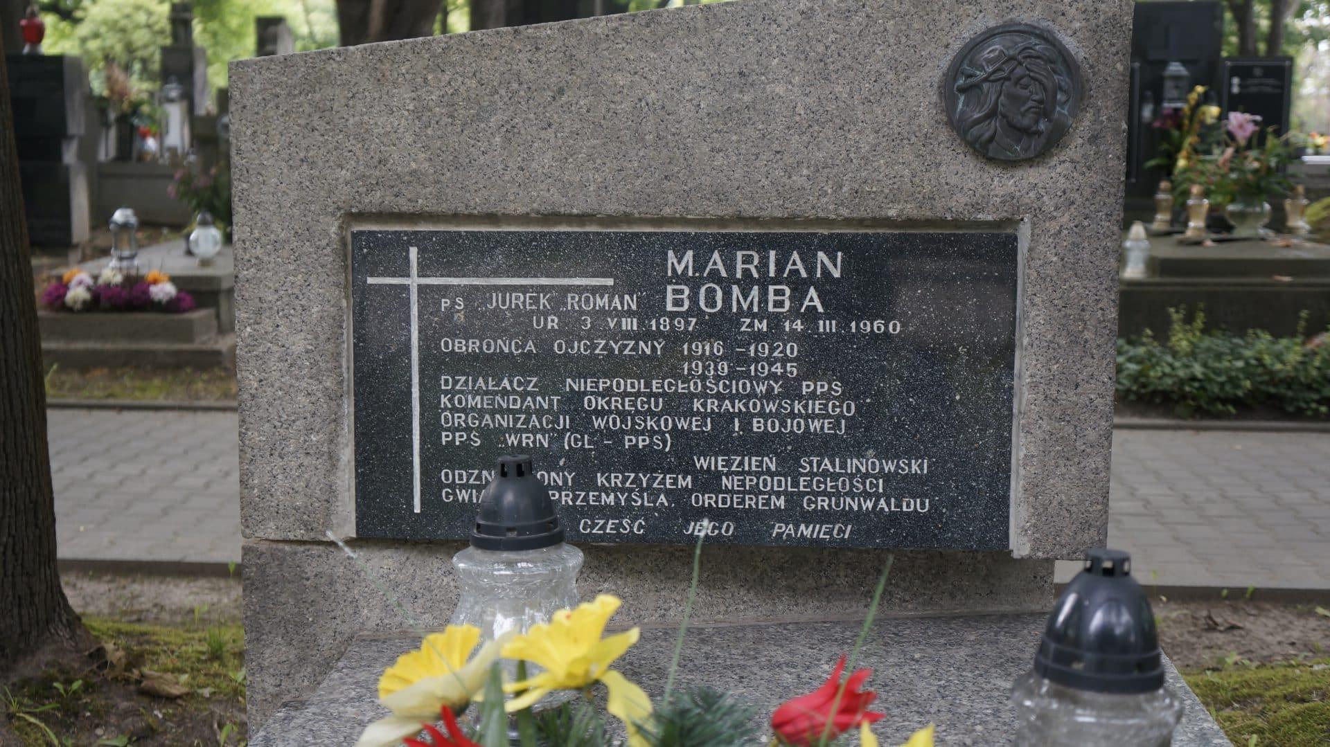 Marian Bomba został pochowany w alei zasłużonych Cmentarza Rakowickiego w Krakowie.