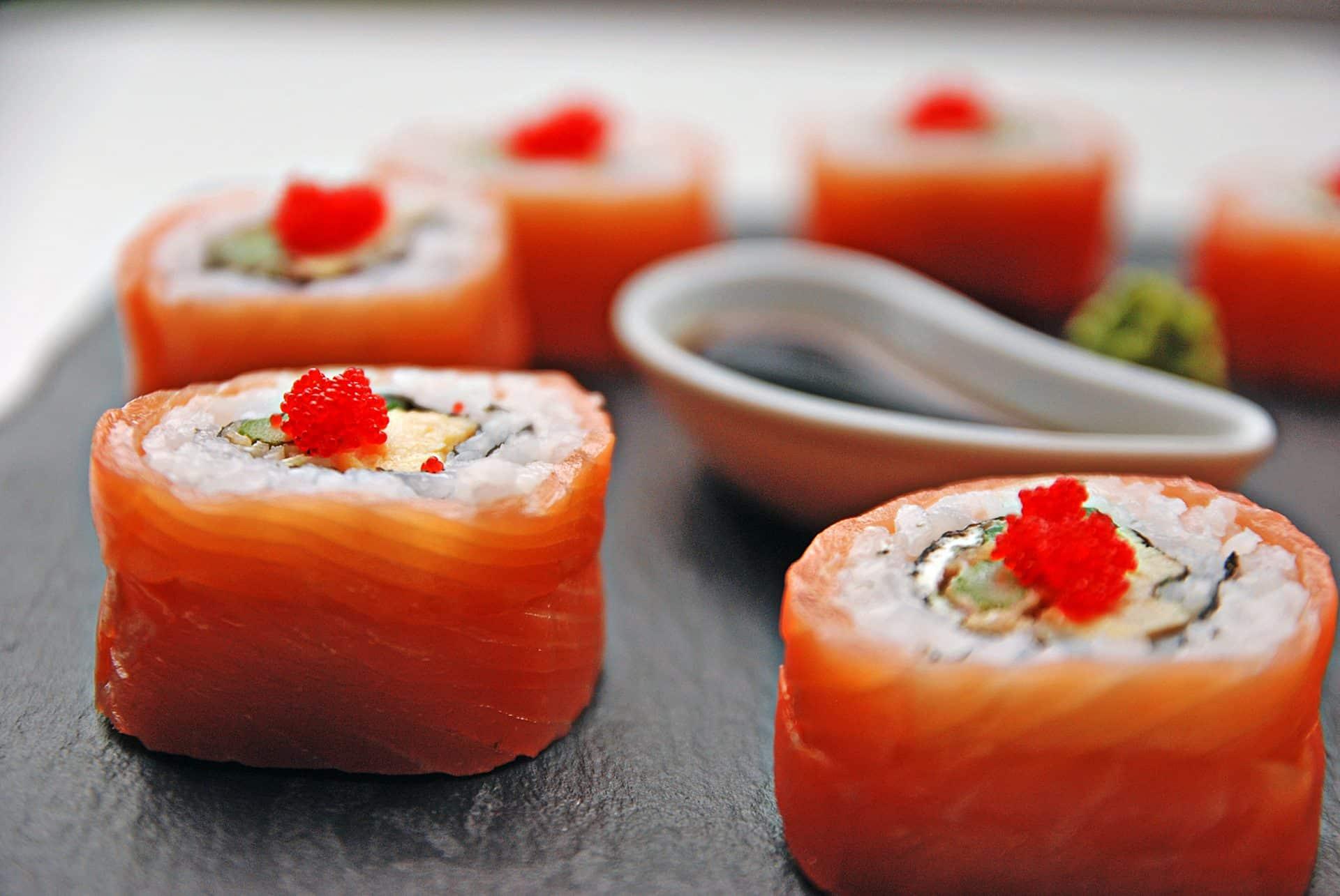 Od poniedziałku do czwartku w godzinach od 14 do 16 możesz skorzystać z 10% zniżki na sushi z dowozem w Krakowie. Sushi Podgórze Kraków.