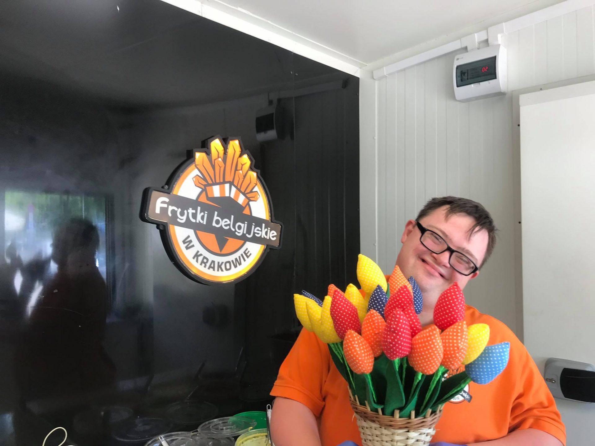 Bartek z tulipanami na Dzień Matki. Fot. Społeczna 21. Frytki belgijskie w Krakowie.
