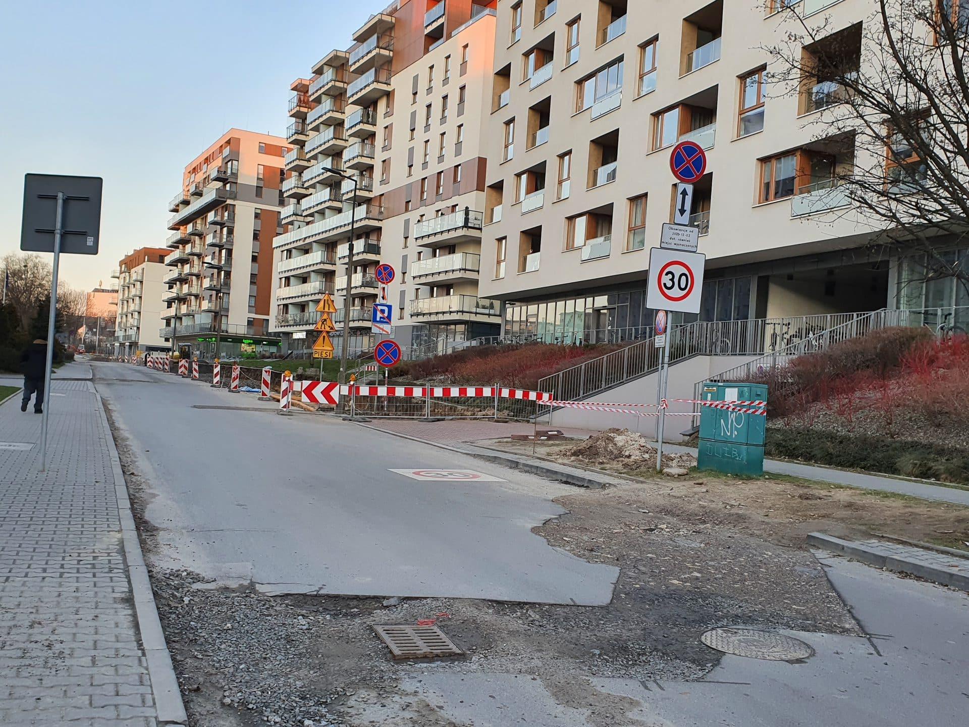 Dziurawe ulice, brak chodników dla pieszych - ulica Wrocławska w pełnej krasie.