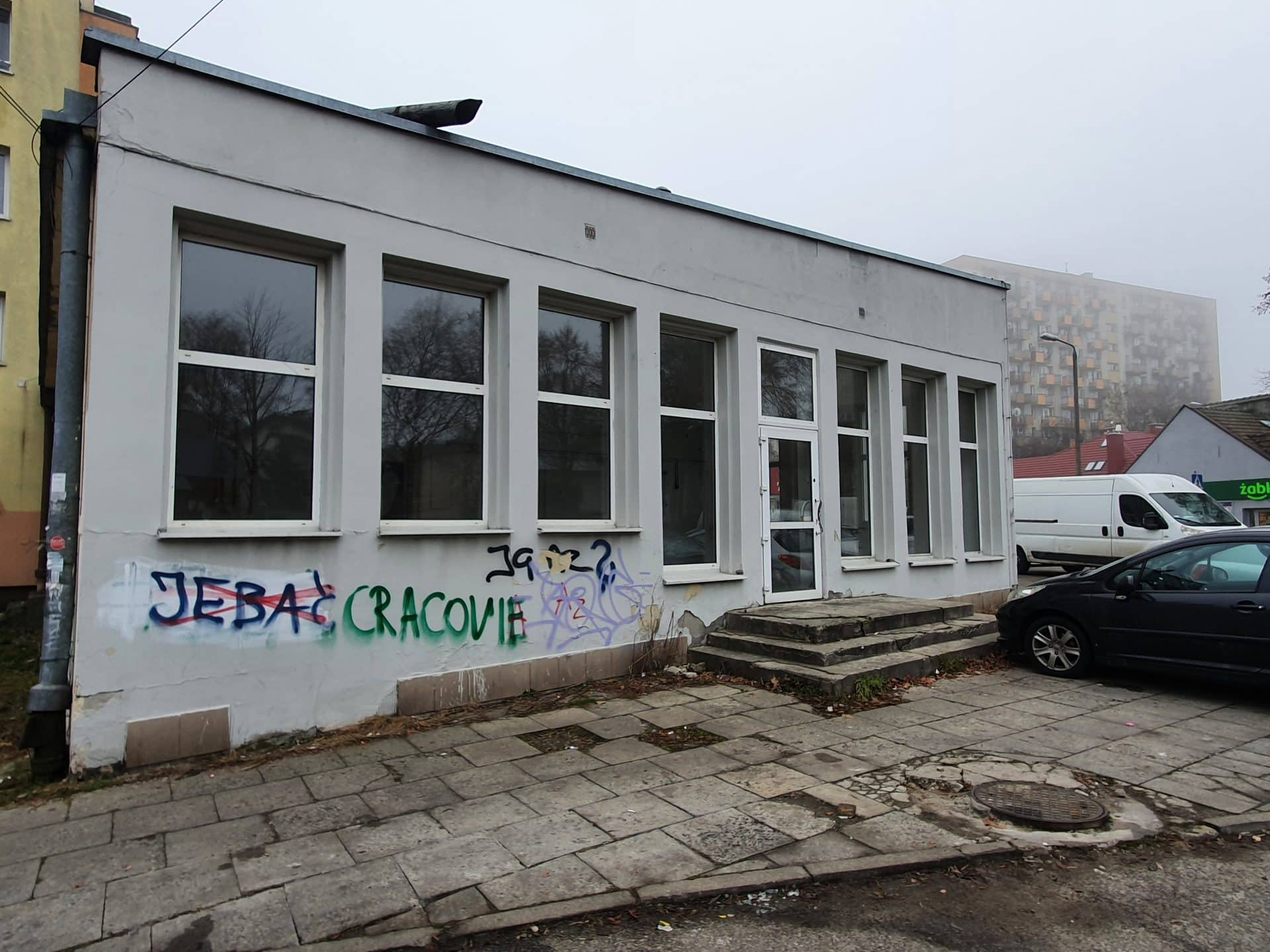 Kraków poza Starym Miastem: dziurawe chodniki zastawione przez samochody, bazgroły na murach i opuszczone lokale. Na zdjęciu osiedle Azory, ok. 3 km od Rynku Głównego.