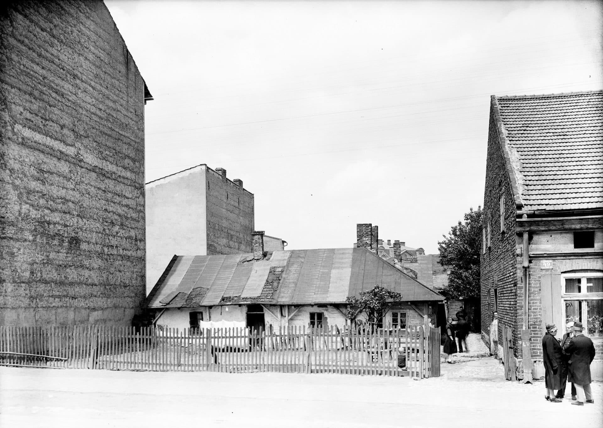 Jeden z budynków przy ulicy Czarnowiejskiej w Krakowie w 1927 roku. Źródło: Narodowe Archiwum Cyfrowe.
