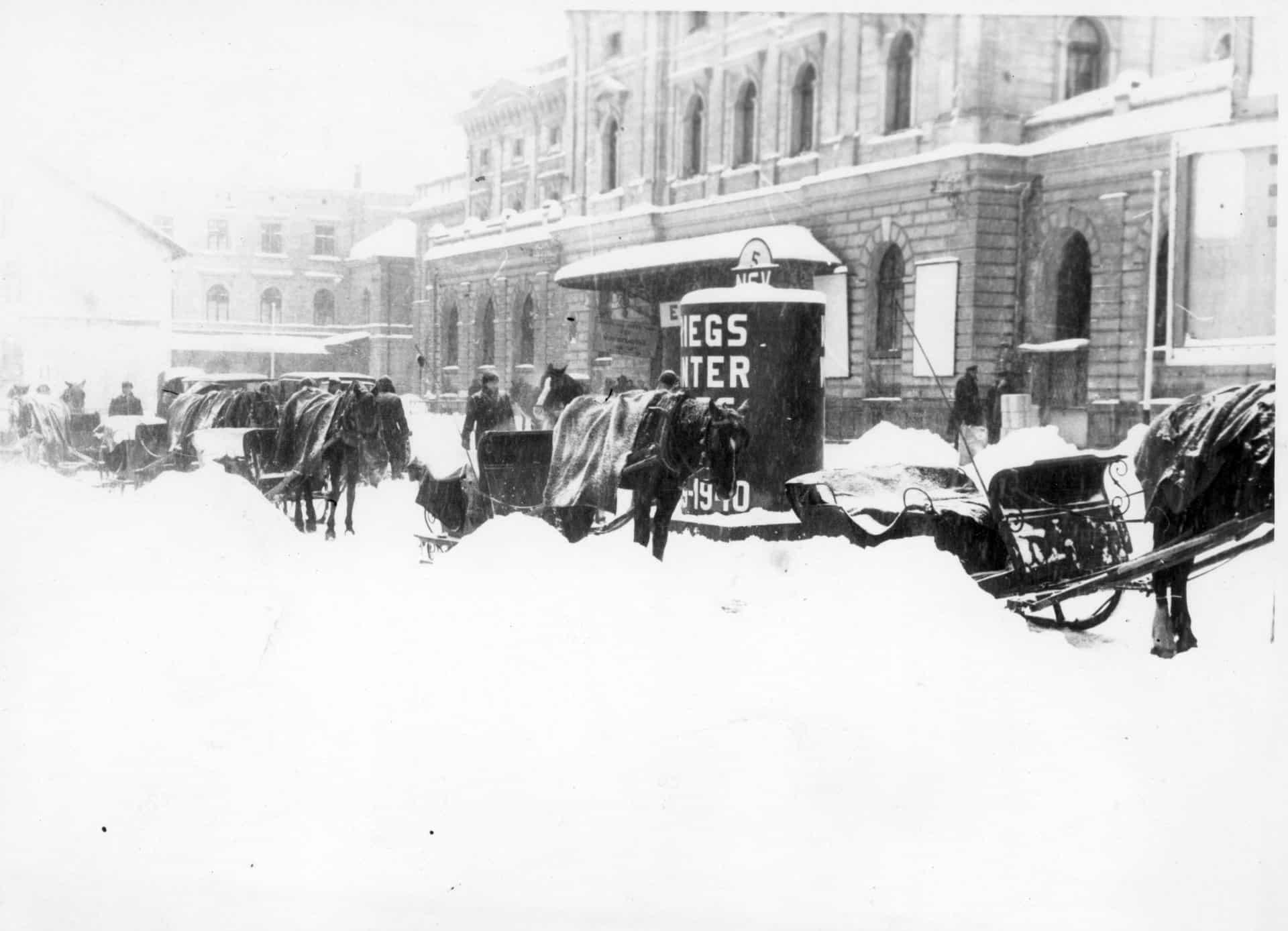 Postój dorożek przed Dworcem w Krakowie. Zdjęcie zrobione w 1940 roku, w czasie II wojny światowej. Źródło: Narodowe Archiwum Cyfrowe.