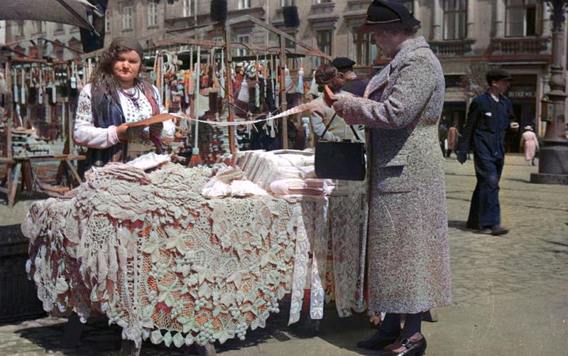 Stoisko z serwetami na krakowskim Rynku. 1938 rok. Żródło: Narodowe Archiwum Cyfrowe.