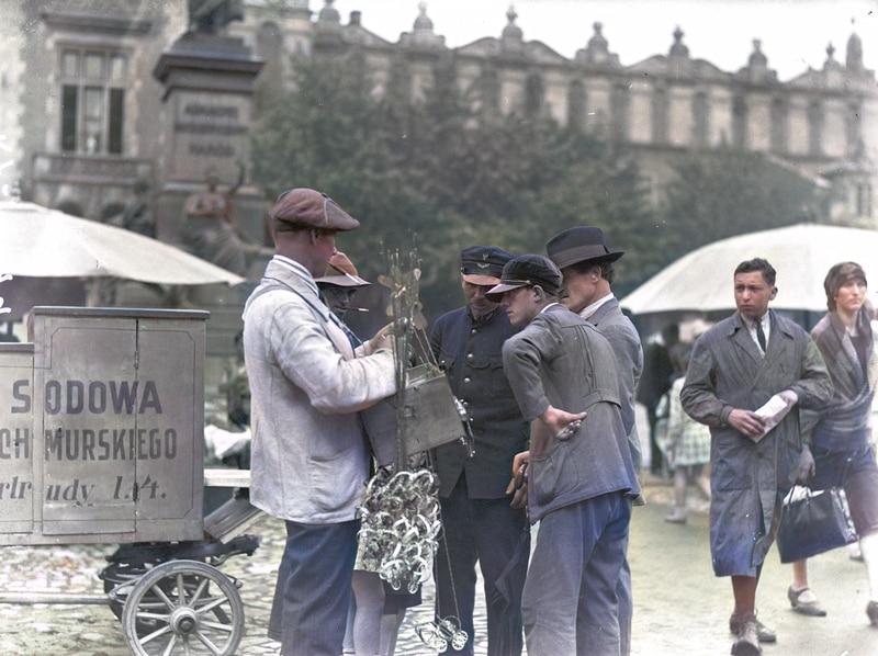 Stoisko z zabawkami i wodą sodową na krakowskim Rynku Głównym. Źródło: Narodowe Archiwum Cyfrowe.