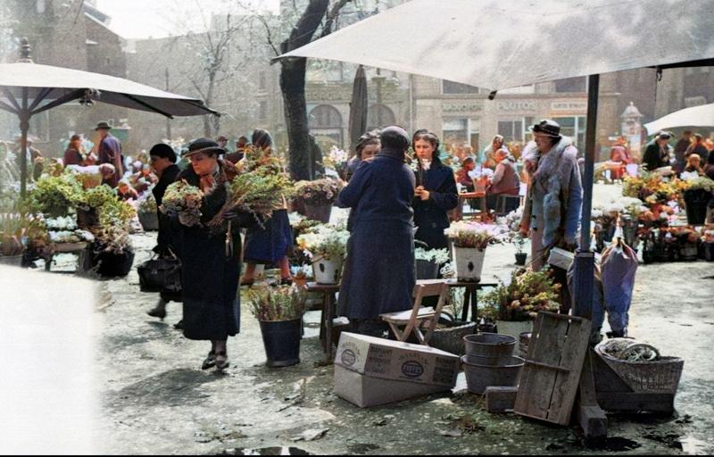 Sprzedaż kwiatów na Rynku Głównym w Krakowie. 1931 rok. Źródło: Narodowe Archiwum Cyfrowe.