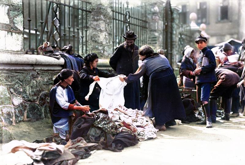 Handel uliczny na krakowskim Kazimierzu w 20-leciu międzywojennym. Źródło: Narodowe Archiwum Cyfrowe.