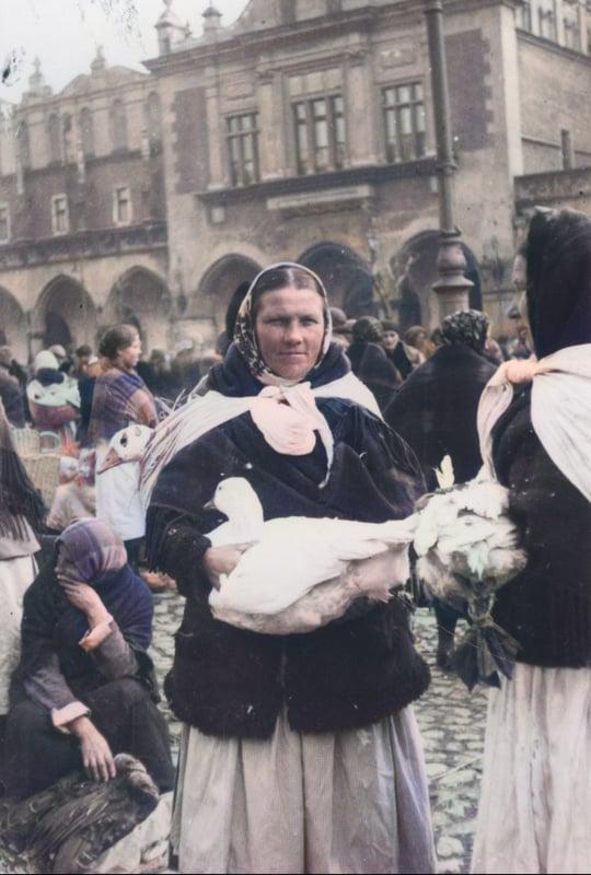Sprzedaż gęsi na Rynku Głównym w Krakowie. Źródło: Narodowe Archiwum Cyfrowe.