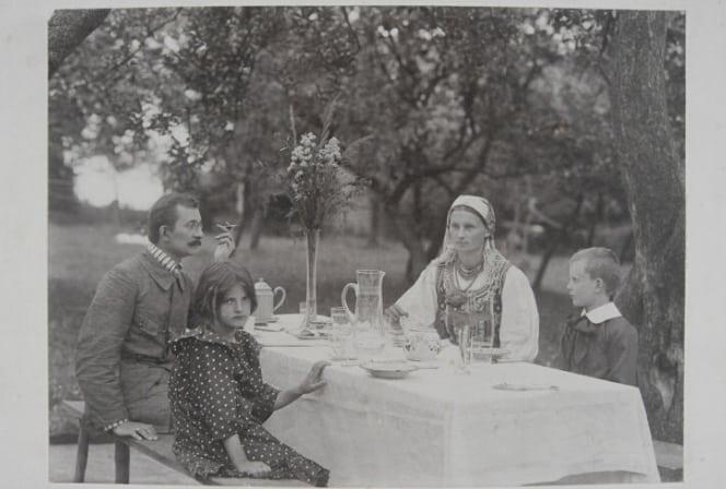 Lucjan Rydel z rodziną. Jadwiga Mikołajczykówna jest ubrana w strój bronowicki. Źródło: Polona.