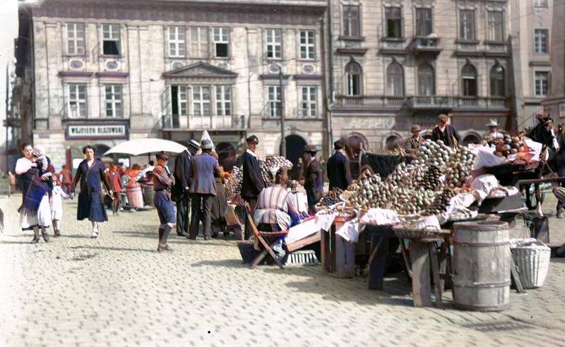 Handel uliczny. Mały Rynek w Krakowie. 1926 rok. Źródło: Narodowe Archiwum Cyfrowe.