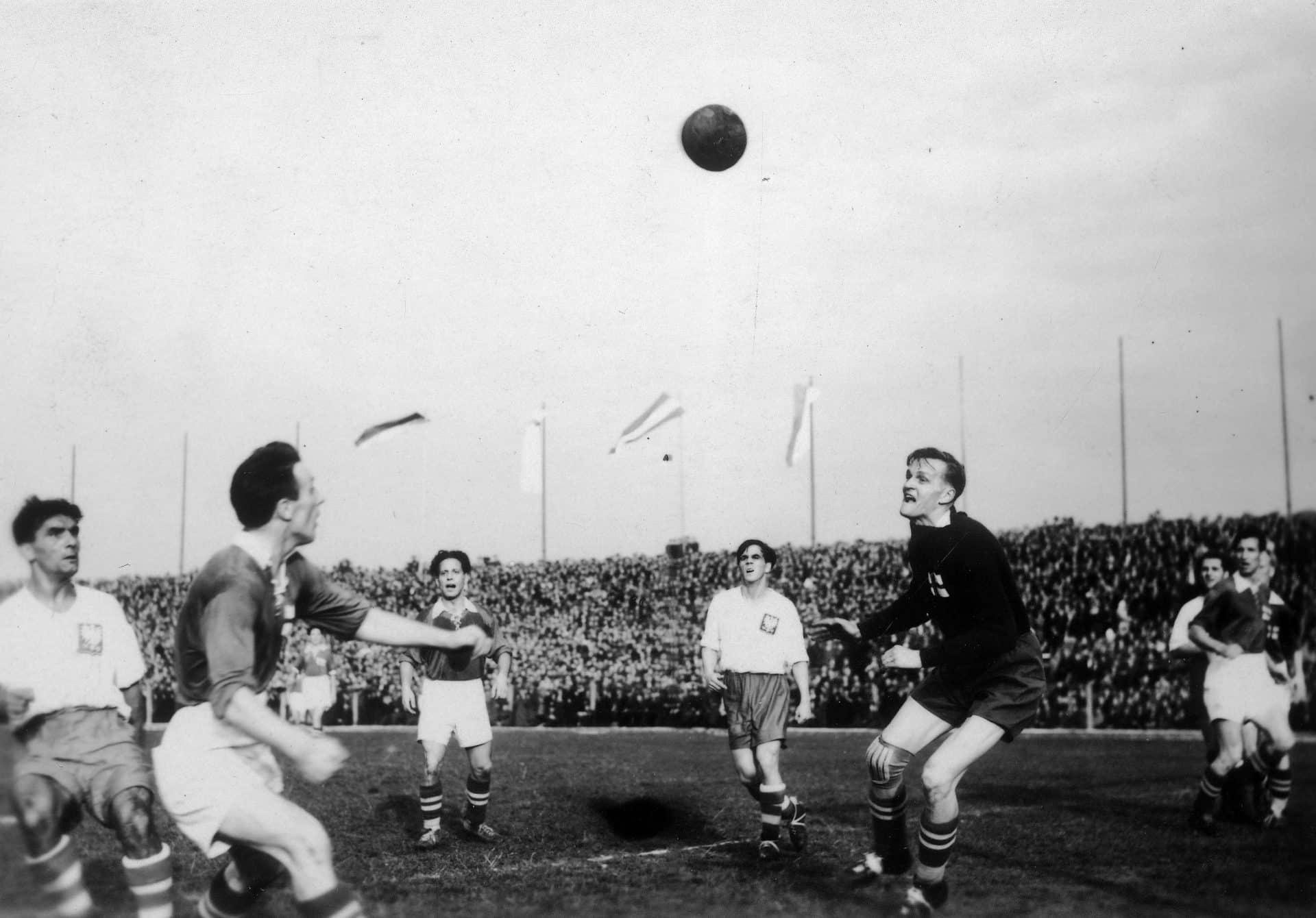 Wielkie Derby Krakowa 1948. Zdjęcie wykonano w 1948 roku. Widać na nim między innymi Mieczysława Gracza i Gerarda Cieślika. Źródło: Narodowe Archiwum Cyfrowe.