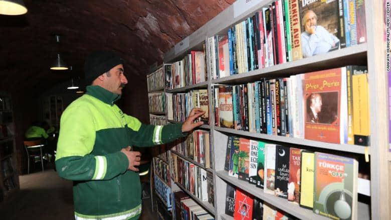 Biblioteka stworzona z książek znalezionych na śmietniku. Fot. Biuro prasowe Cankayi.