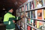 Biblioteka z książkami ze śmietnika