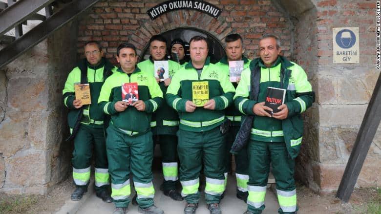 Pracownicy oczyszczania miasta z Ankary, którzy ze znalezionych na śmietnikach książek stworzyli bibliotekę.