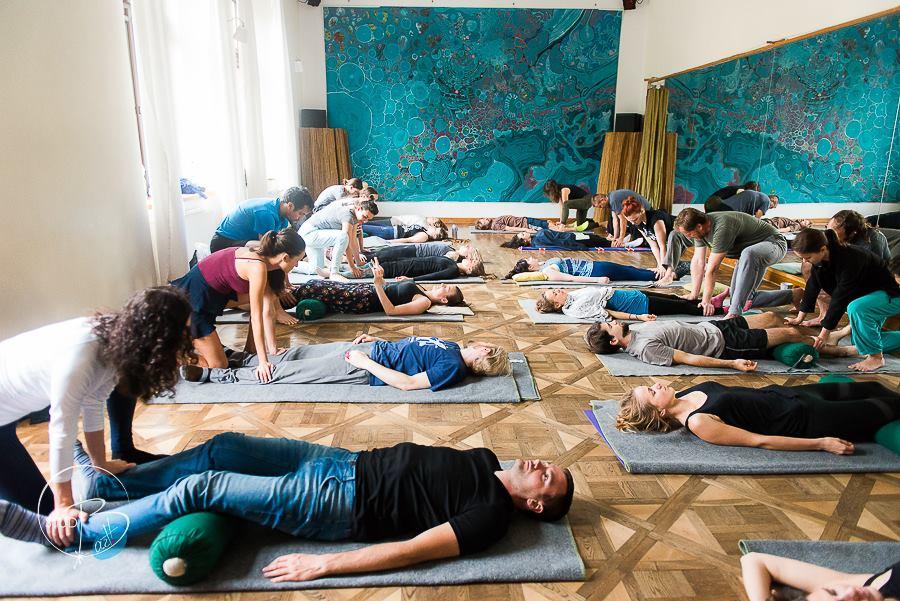 Kontakt - Przestrzeń Ruchu, Tańca i Muzyki. Kontakt to przestrzeń, która łączy różne dyscypliny - od śpiewu po masaż