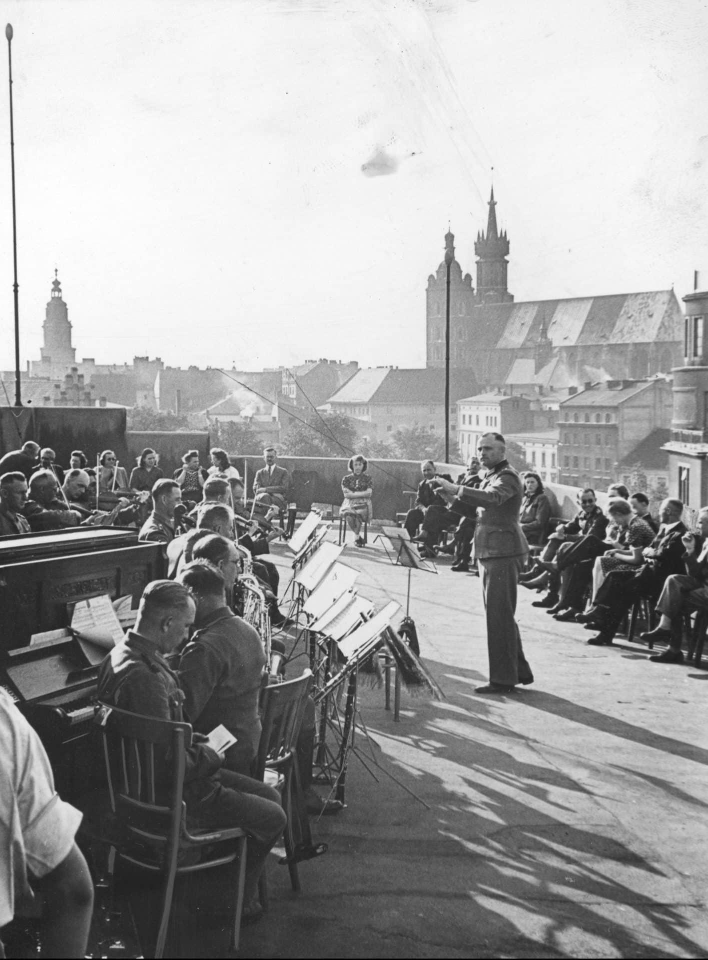 Koncert niemieckiej orkiestry na dachu Pałacu Prasy, który przed wojną był siedzibą koncernu IKC. Źródło: Narodowe Archiwum Cyfrowe.
