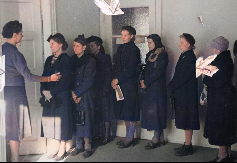 Kobiety rejestrujące się w urzędzie pracy. Po rejestracji miały otrzymać przydział na roboty. Źródło: Narodowe Archiwum Cyfrowe.