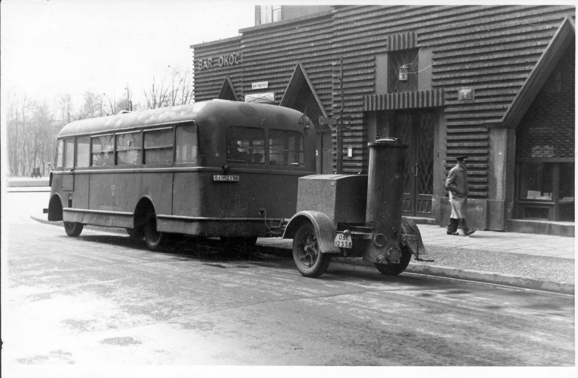 Autobus miejski Chevrolet 183 FS napędzany gazem drzewnym - widoczna przyczepka z generatorem gazu - na ul. Sienkiewicza przy zbiegu z ul. Królewską. Źródło: Narodowe Archiwum Cyfrowe.