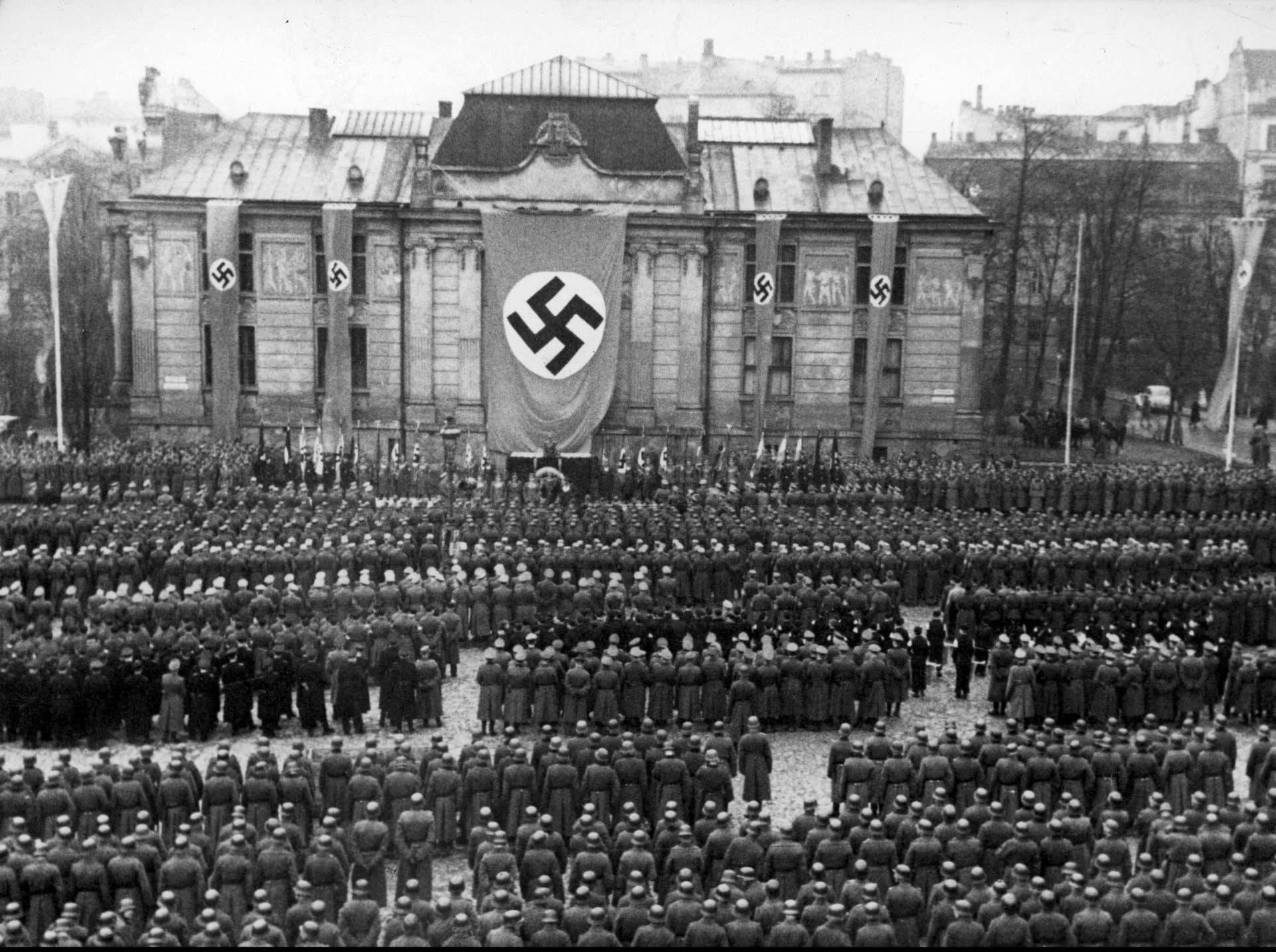 """Niemieckie uroczystości z okazji """"Dnia poległych bohaterów"""". 1944 rok. Źródło: Narodowe Archiwum Cyfrowe."""