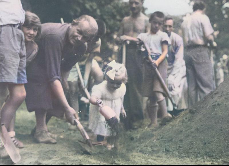 W sierpniu 1938 roku krakowianie całymi rodzinami pomagali w kopaniu rowów przeciwlotniczych. Źródło: Narodowe Archiwum Cyfrowe.