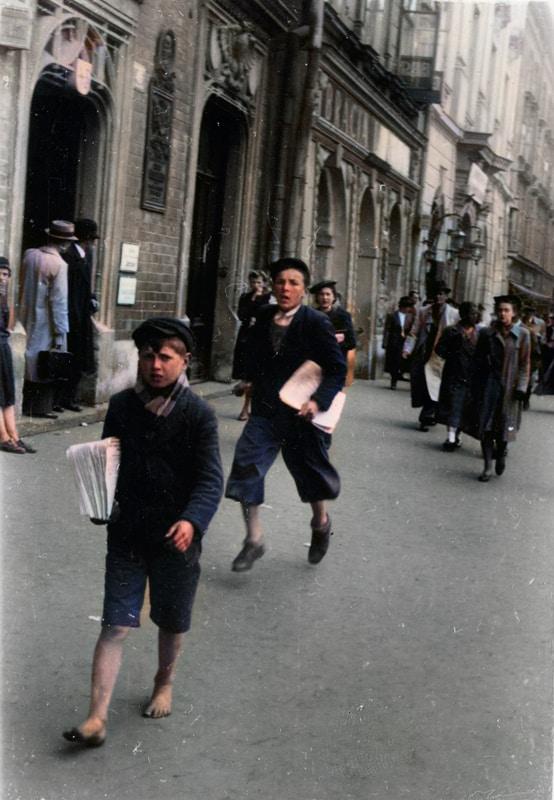 Kolportaż prasy niemieckiej na ulicach Krakowa w 1940 roku. Źródło: Narodowe Archiwum Cyfrowe. Niemiecka okupacja w Krakowie