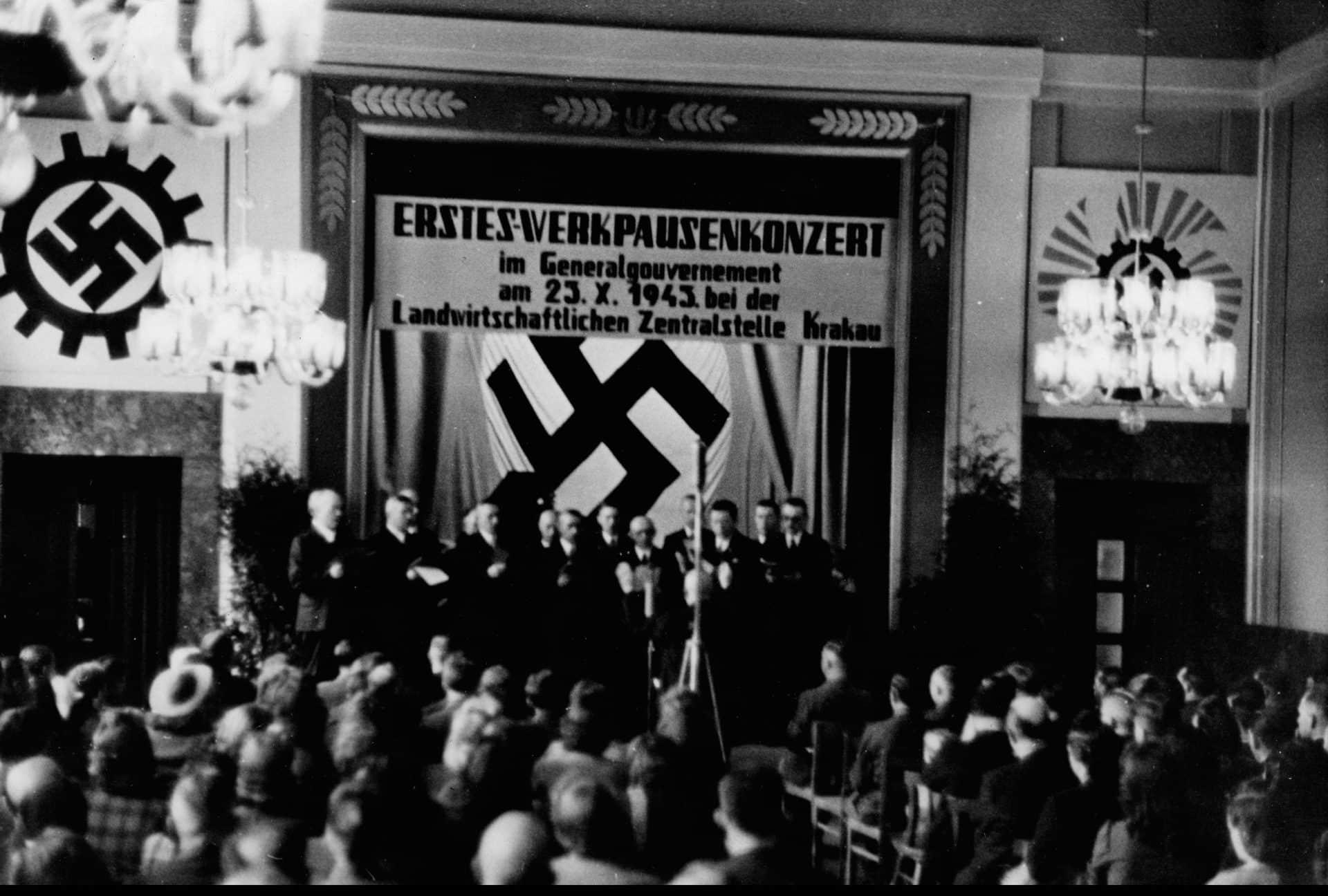 Koncert w centrali rolniczej w Krakowie w 1943 roku. Źródło: Narodowe Archiwum Cyfrowe.