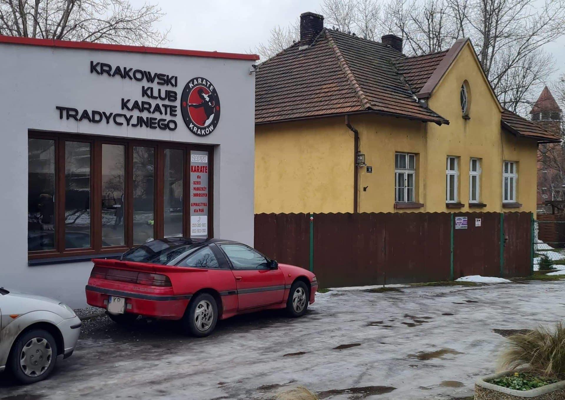 Krakowski Klub Karate Tradycyjnego znajduje się na rogu ulicy Racławickiej i alejek Grottgera.