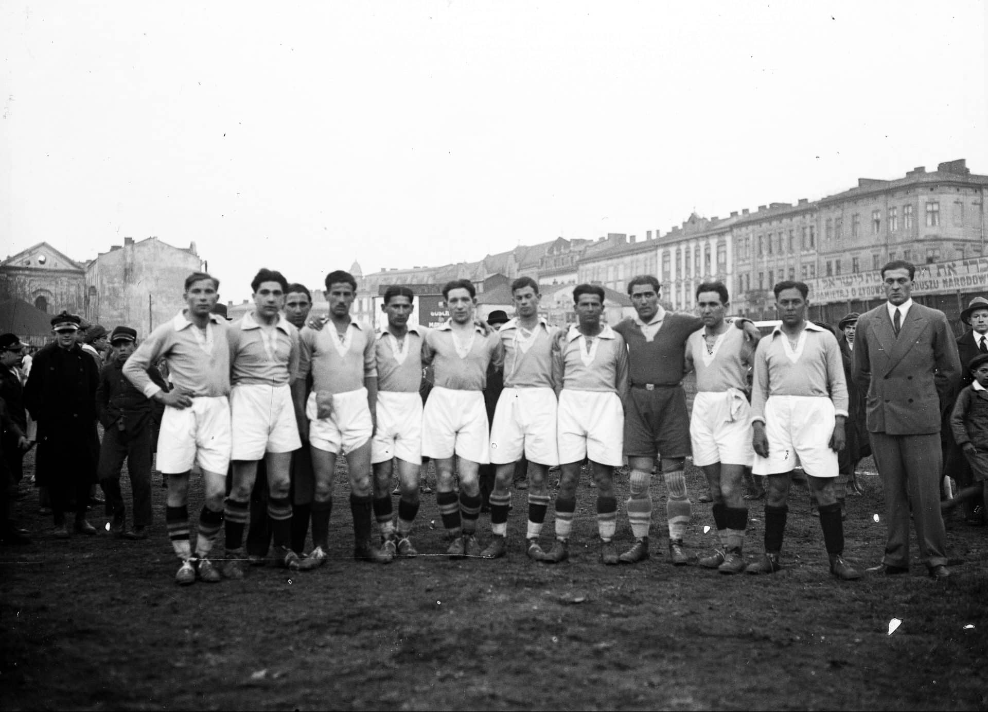 Piłkarska drużyna Makkabi Kraków w 1934 roku. Źródło: Narodowe Archiwum Cyfrowe.