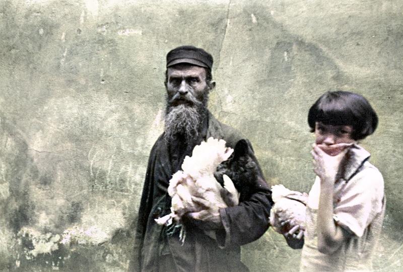 Zdjęcie zrobiono w 1933 roku. W archiwum opisano je: Żyd i dziewczynka z kurami na ulic. Źródło: Narodowe Archiwum Cyfrowe.