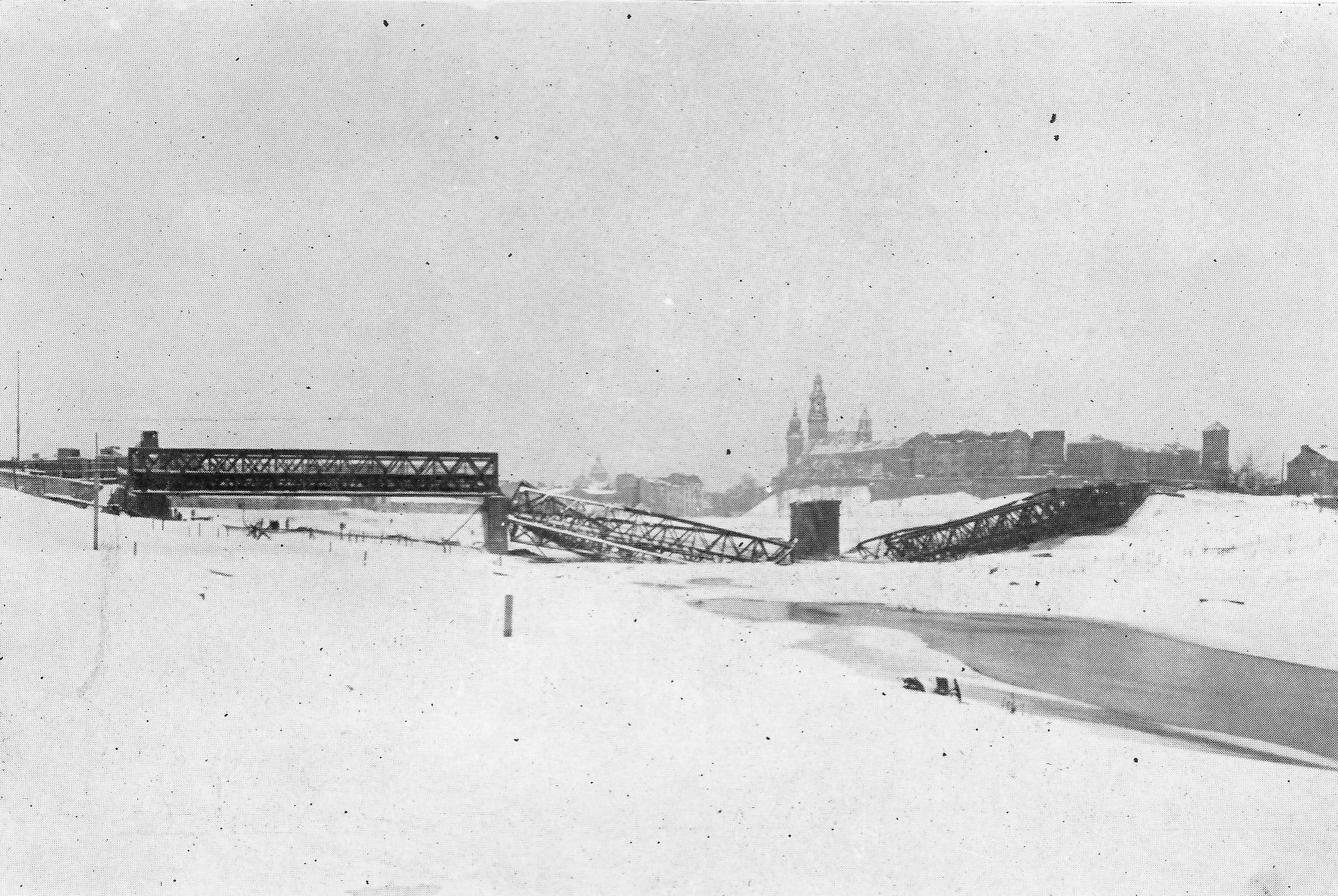 Most Dębnicki na Wiśle zniszczony przez wycofujących się Niemców.  Jan Dąbrowski (1946) Kraków pod Rządami Wroga 1939-1945.