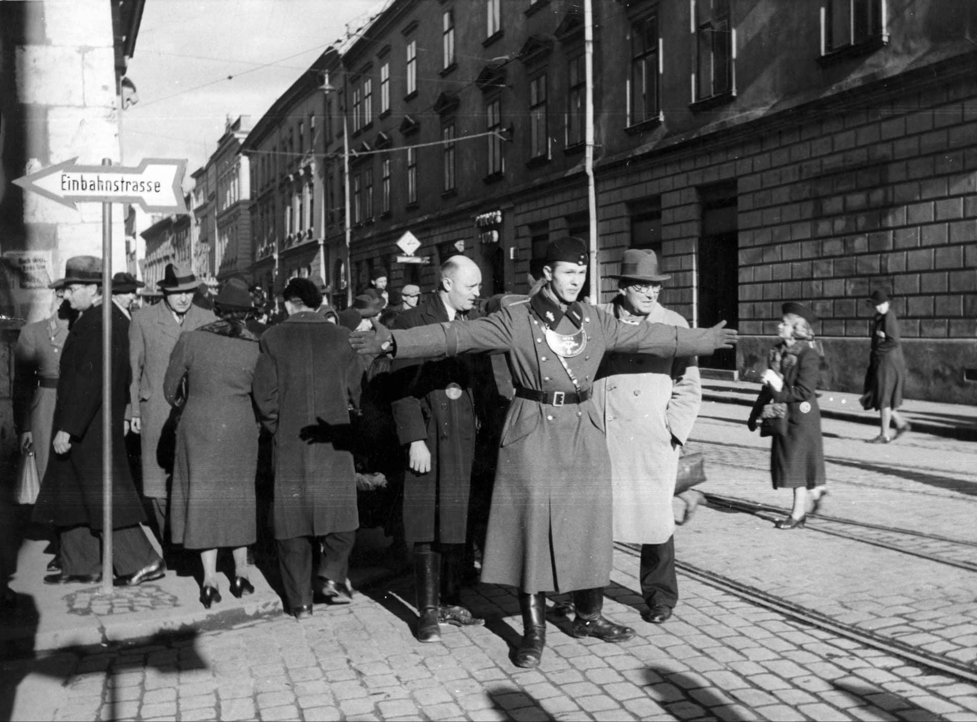Funkcjonariusz niemieckiej policji pomocniczej podczas pracy. Źródło: Narodowe Archiwum Cyfrowe. Niemiecka okupacja w Krakowie
