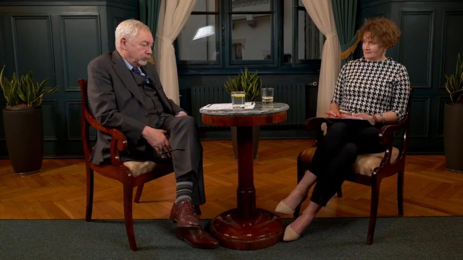 Orędzia wygłaszane w formie wywiadów stały się nową świecką tradycją Krakowa. Śledzimy je dla Was z zapartym tchem. Źródło: YT/Krakow.pl.